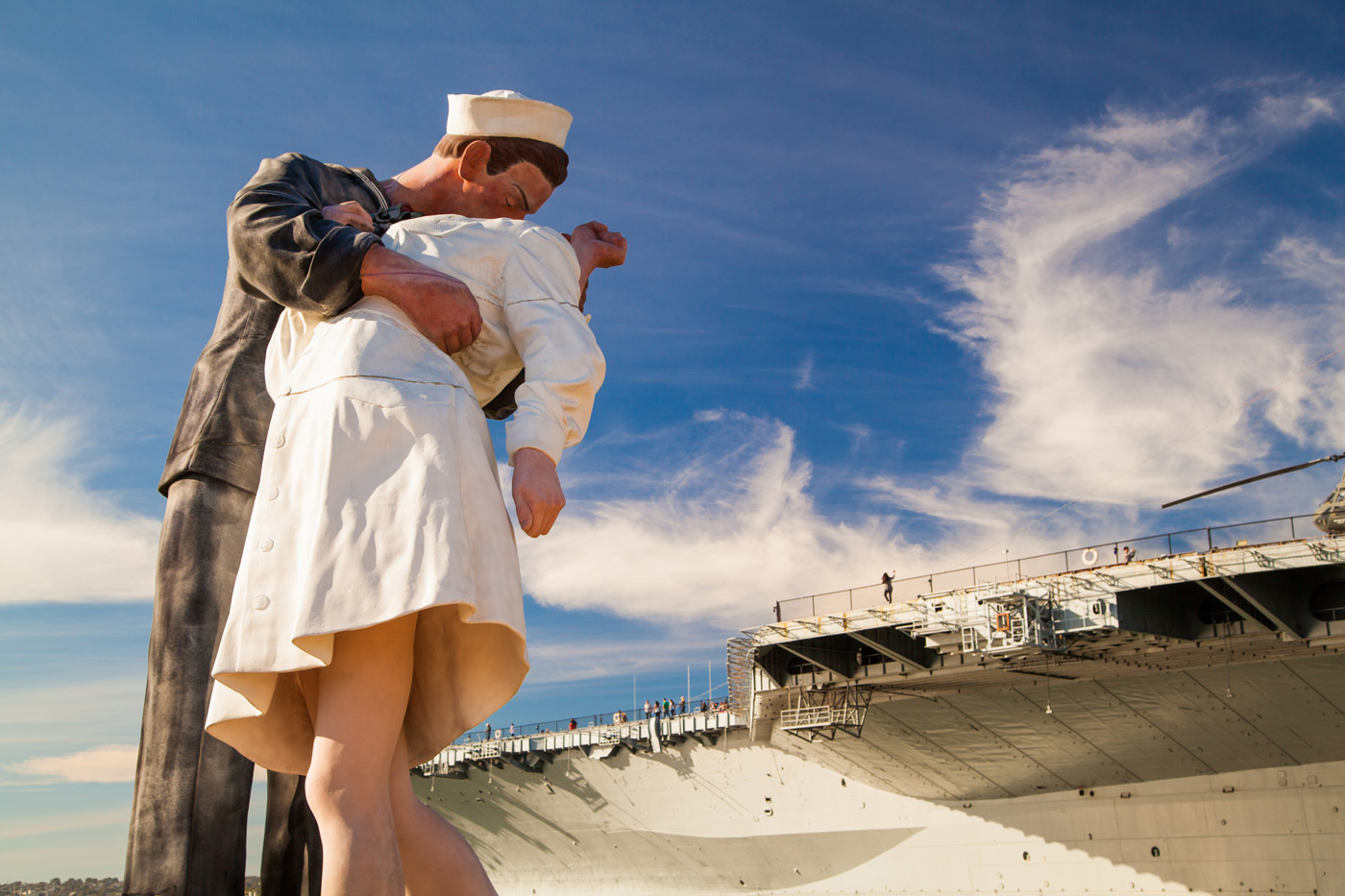 Статуя поцелуя моряка и медсестры