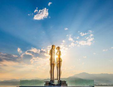 Скульптура любви «Али и Нино» в Батуми