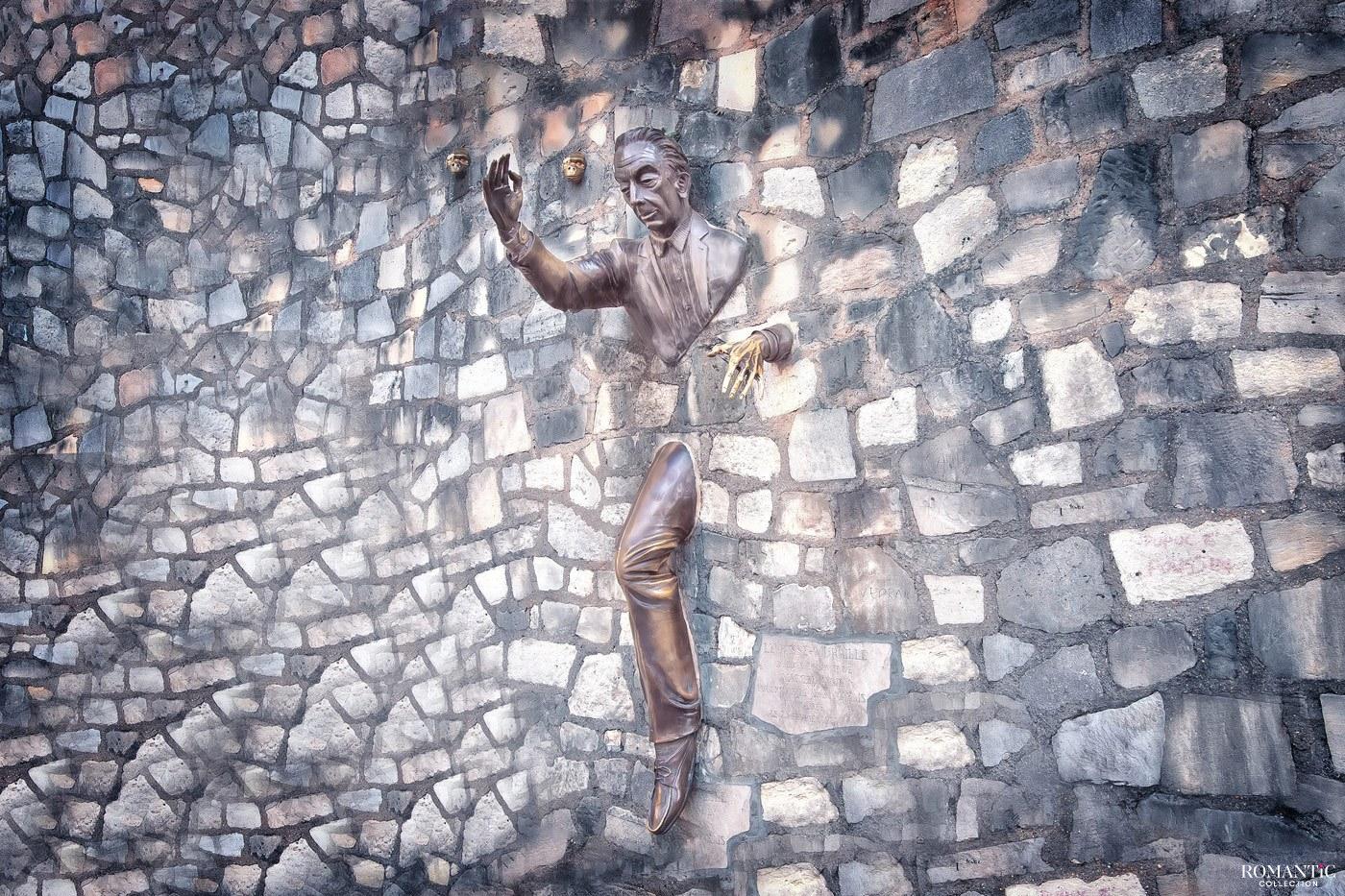 Памятник «Человек, проходящий сквозь стену» в Париже