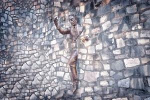 Памятник человеку, проходящему сквозь стену в Париже