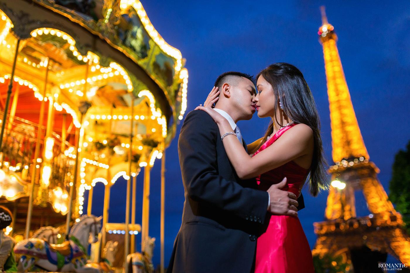 Влюблённые у карусели на фоне Эйфелевой башни