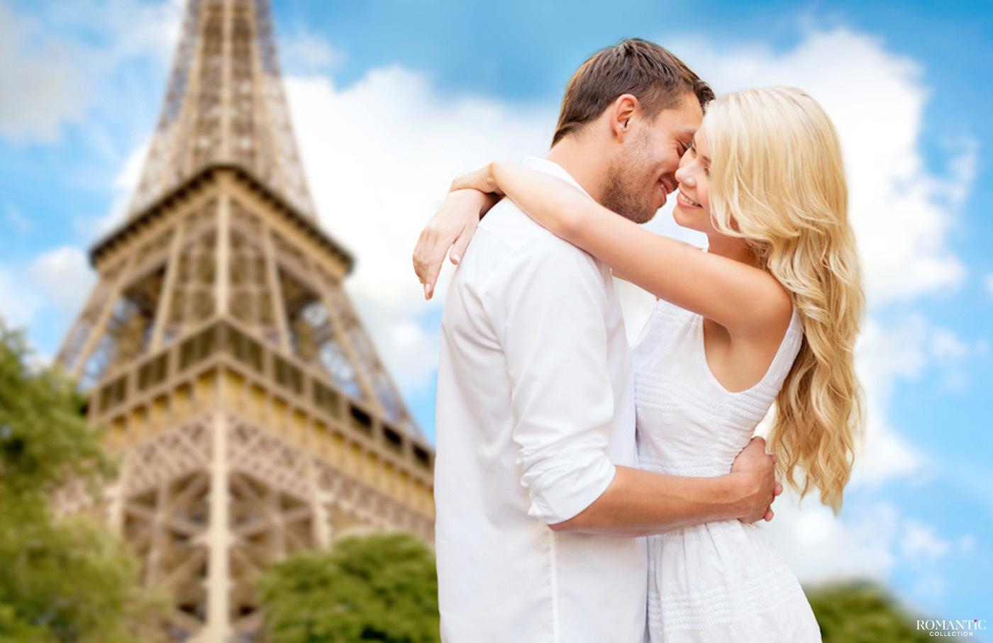Влюбленные у подножия Эйфелевой башни
