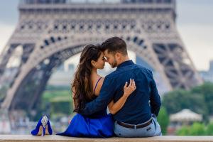 Влюблённые на фоне Эйфелевой башни
