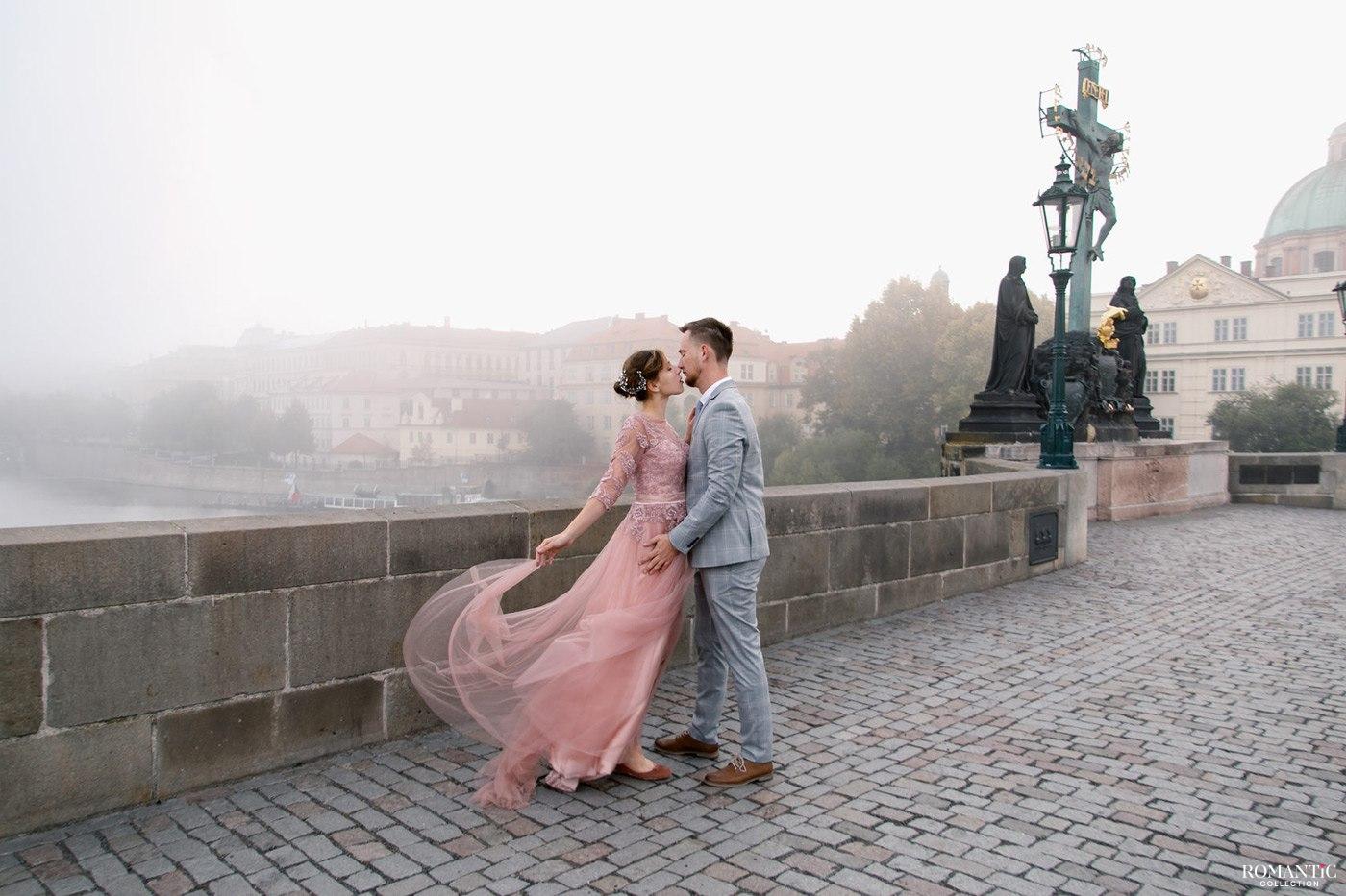 Влюбленные на Карловом мосту