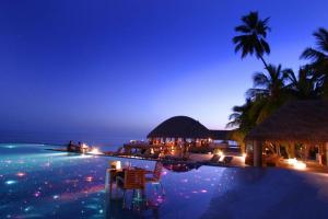 Бассейн на краю земли на Мальдивах
