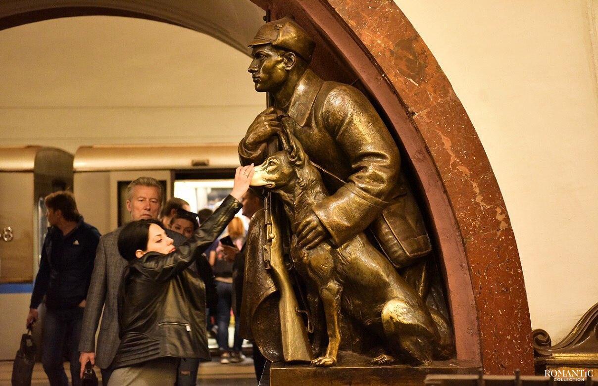 Скульптура собаки на станции метро «Площадь Революции»