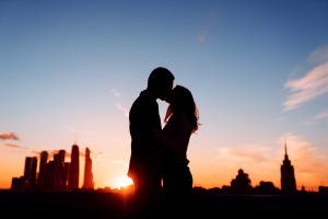 Влюблённые в Москве на закате