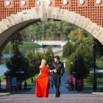 Влюблённые на прогулке в парке Царицыно