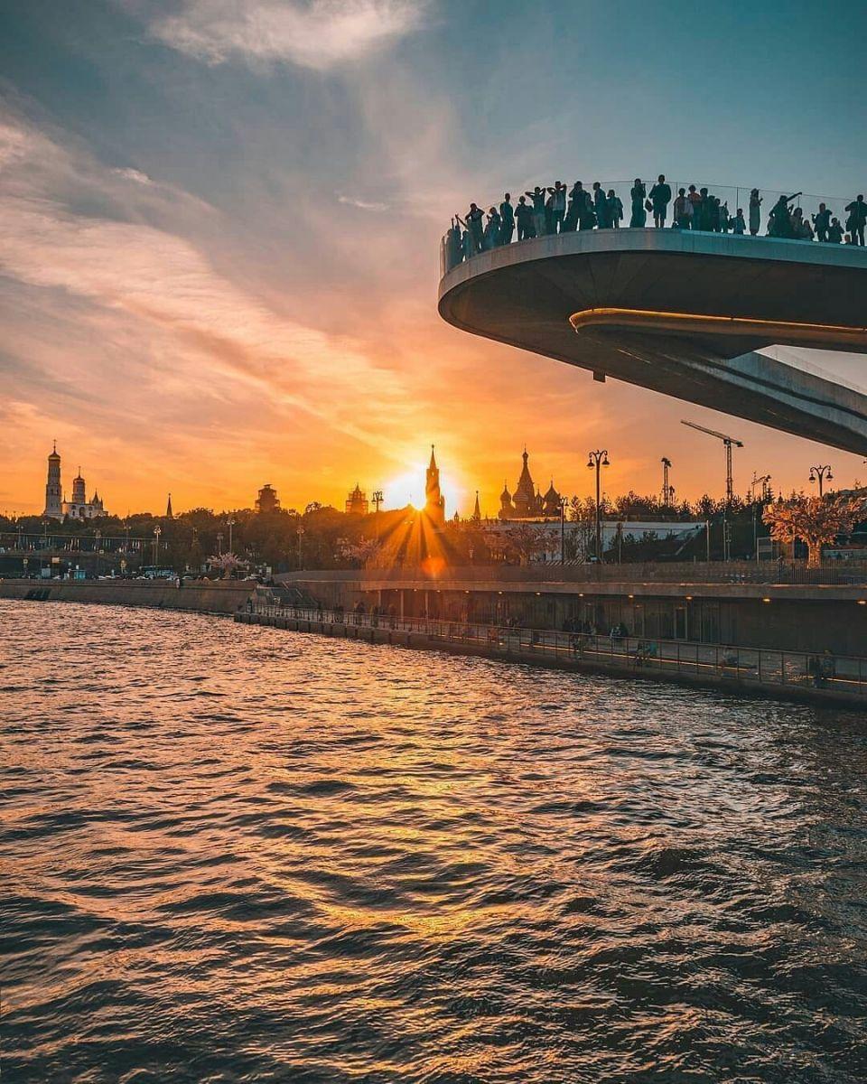 Закат на Парящем мосту в Зарядье