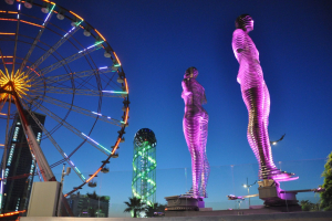 Скульптура любви «Али и Нино» ночная подсветка
