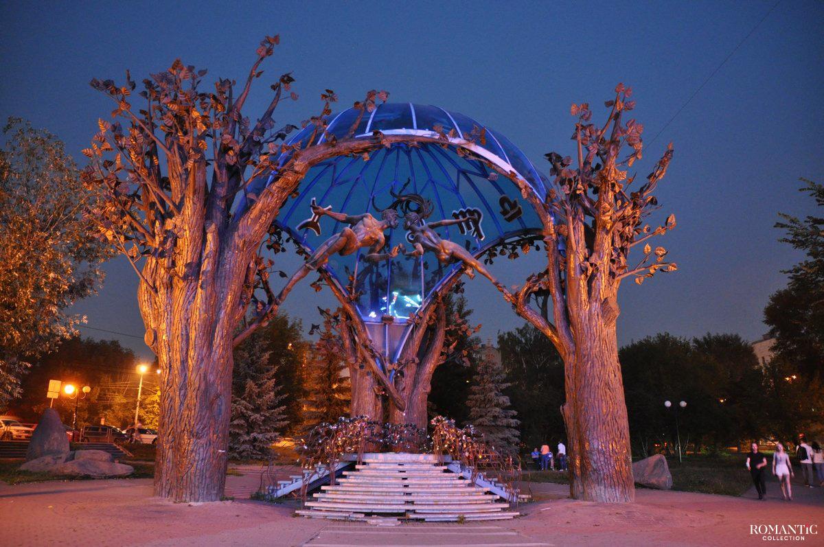 Скульптура «Сфера любви» ночью