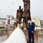 Молодожены у памятника Петра и Февронии