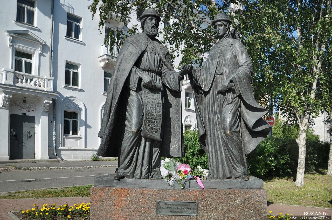 Скульптура Петра и Февронии в Архангельске