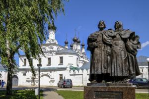 Памятник Петра и Февронии Муромских в в Муроме