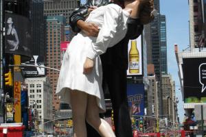 Статуя «Безоговорочная капитуляция» на Таймс Сквер