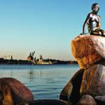 Статуя Русалочки в Копенгагене на закате