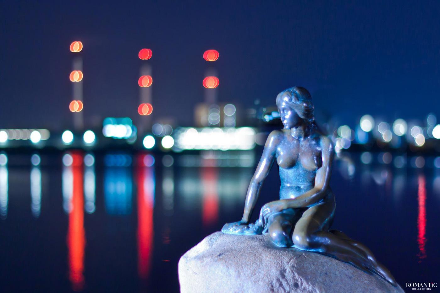 Статуя Русалочки в Копенгагене ночью