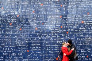 Поцелуй около Стены «Я люблю тебя»