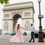 Молодожены около Триумфальной арки в Париже
