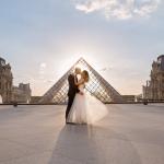 Жених и невеста на фоне Лувра