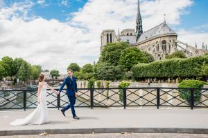 Жених и невеста на фоне Собора Парижской Богоматери