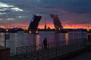Поцелуй на фоне разводных мостов