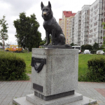 Памятник собаке Костику. «Псу, научившему нас любви и преданности»