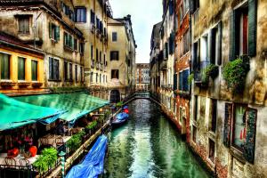 Узкие каналы Венеции