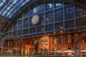 Часы на вокзале Сент-Панкрас в Лондоне